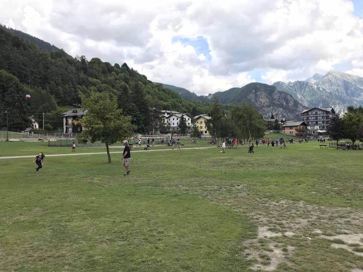 10 cose da fare in Val d'Ayas laghetto pic-nic brusson
